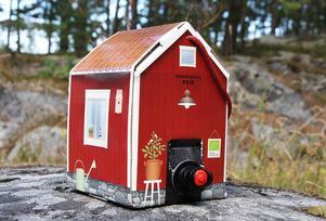 Udda röd vinbox i form av en stuga finns i beställningssortimentet.