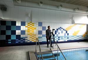 Kristoffer Zetterstrand har gjort konstverket på det nyrenoverade Lillhagsbadet i kakel. På söndag är det invigning.