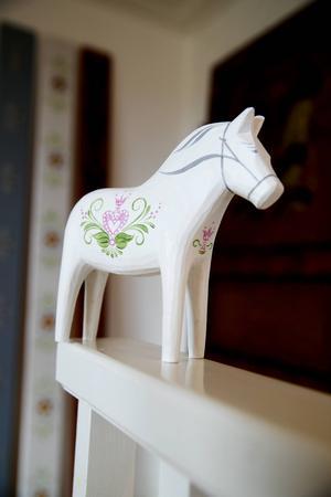 300 vitmålade dalahästar är dekorerade av Åse Larsjos. Den första hästen skänktes till prinsessan Estelle.