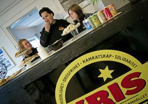 Caroline Blomgren, ordförande Jyrki Mämmelä och Annica Gustafsson dukade fram till öppet hus.