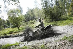 Martin Dilén kör fast med sin fyrhjuling.