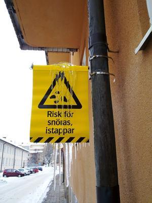 För säkerhets skull bör nog skylten ha en egen varnings skylt som varnar för snöras och istappar