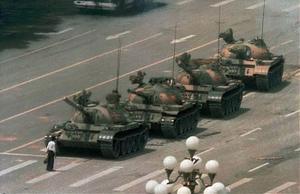 På bilden världens mest kända exempel på civilkurage när en kinesisk man i protest mot massakern på Himmelska Fridens torg i Peking 1989 blockerar vägen för militären. Foto: Jeff Widene/AP/TT