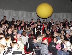 Barnen skrattade och skrek när den stora, gula bollen kom farande. Här gällde det att hålla sig framme och putta till den.