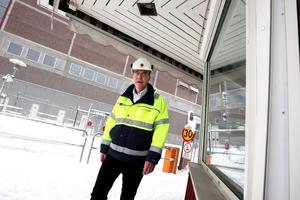 Mikko Jokio, platschef på Stora Enso Kvarnsveden, informerade fack och anställda om planerna att stänga PM 11. 175 jobb försvinner i pappersbruket. – Nedläggningen påverkar hela bruket, säger han. Det är en tung dag.Foto: Johnny Fredborg