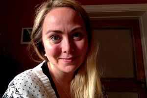 Anita Jacobson från Stöde fäster sin estradpoesi i bokform.