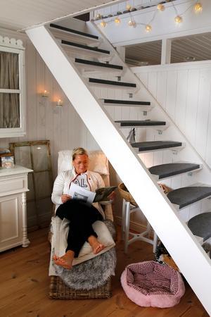 Under trappen har Helena Jonsson fixat en läshörna där hon gärna sitter en stund med en tidning.