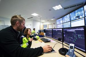 Boliden Garpenberg är en av världens modernaste gruvor. På bilden syns processoperatören Linus Holmqvist och anrikningschef Jenny Gotthardsson i kontrollrummet.