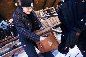 Bandyportföljen i högsta hugg. Anders Hansols tar fram kaffet ur sin forne  trogne följeslagare. 031e6c6857ea0