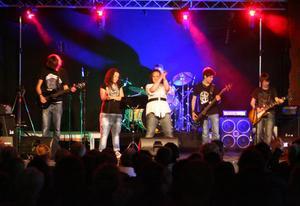 I Rockskolan bildar eleverna egna bandkonstellationer. Problably the best band in the world var ett av banden på avslutningen på Röda Rummet.