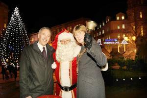 Sandviks landchef Alan Boulton överlämnade gåvan till Birminghams borgmästare Anita Ward, med god hjälp av tomten.