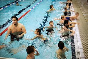 Lär dig simma. Sedan tidigare har elever från både Askersund och Laxå bussats till Hallsberg för att få simundervisning. Nu visar även Örebro intresse för Allébadet.