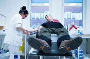Mats Bäck tycker inte det är obehagligt alls att ge blod. Han tycker alla borde göra det så länge de inte mår bra.