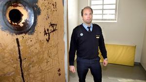 """Jonas Dunder, vakthavande befäl och en av de ansvariga för polisens fylleceller, gillar att sjukhuset får en tillnyktringsenhet. """"Ingen ska behöva avlida för att polisen saknar den medicinska kompetensen"""