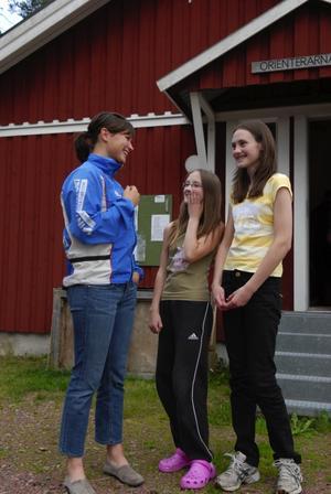 Inspiration. Eva Svensson samtalar med sustrarna Maria och Anna Gunnars som ska tävla O-ringen för första gången i nästa vecka. Foto:Lynda Lundin