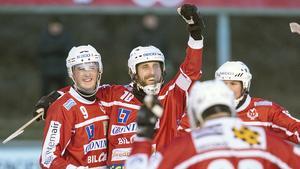 Petter Andersson, tvåa från vänster, spelar minst ett år till med Västanfors.