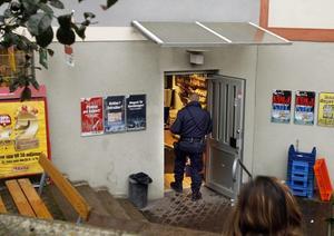 POLIS PÅ PLATS. Svennes närbutik på Brynäs rånades på torsdagsförmiddagen av en man med ett pistolliknande föremål. Butikspersonalen lyckades avväpna rånaren som då flydde till fots.