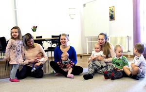 Barn och föräldrar samlas i Björsjökyrkan på måndagar och tisdagar för att umgås och sjunga tillsammans.