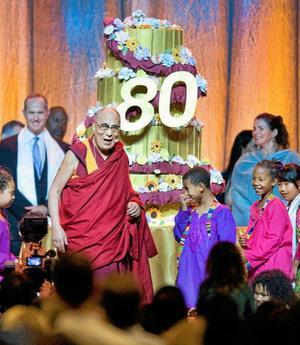 Dalai lama tar emot hyllningarna på scenen i Anaheim i USA.
