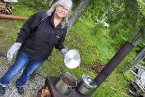 Eva Eriksson från Matfors höll kaffegrytan kokande, och det behövdes i det kyliga och regniga vädret.