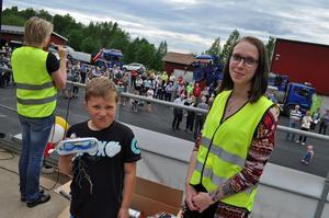 Lottvinnare! Isak Busk Andersson, 9 år, Furudal, vann ett pris på lotteriet under invigningen av det nya reningsverket.  Isaks pappa Kent Woxblom var dagen till ära
