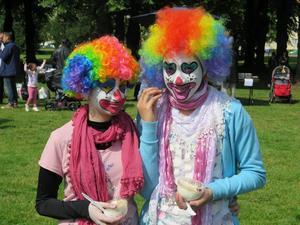 Afnan Taha och Aya Suleiman underhöll barn med sina clownutklädnader.