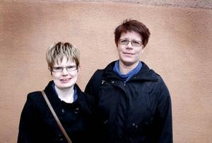 I POLISENS TJÄNST. Jenny Siilama och Jeanette Jansson jobbar i kommunens reception på Granvägen 8. I och med att gamla polisstationen stängt har de tagit polisens service på orten.