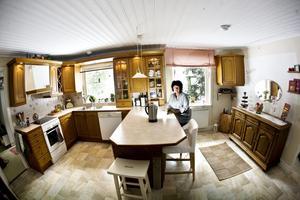 Lena älskar sitt kök i antikbehandlad ek. Hit dras också ofta gäster som är på besök.