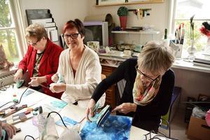 Birgitta Dahlén, bosatt i Strömsund, (i mitten) gästade Hotings målargrupp och hade kul tillsammans med Sonja Olofsson och Siv Spingh.