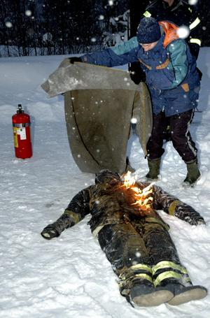 Siv Kron var mycket nöjd med såväl teorin som de praktiska övningarna. Här släcker hon elden på en brinnande docka.