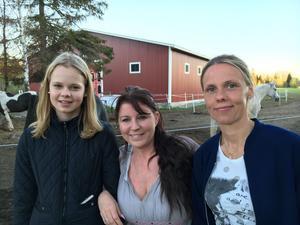 Tromben överraskade Elsa Andersson som har sin ponny hos Mia Malmqvist i Vij, och får hjälp av sin mamma Karin Andersson att ta hand om hästarna.