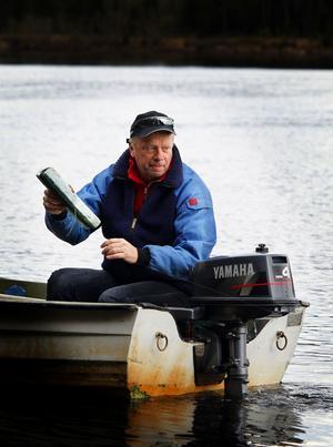 Förväntansfull styr Grönis den lilla motorbåten ut från land. Vårfisket är en årlig höjdare för den förre elittränaren i fotboll.