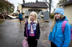 Femteklassaren Fanny Jansson och sjätteklassaren Emelie Barkman-Jansson får tillbringa de närmaste dagarna i Nyhammars skola, eftersom deras skola i Sunnansjö fortfarande röksaneras efter branden i förskolan.