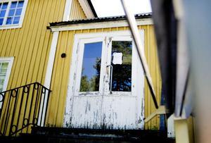 Dörrarna på huset står olåsta och husets stora sal är troligtvis numera bland annat en inte ofarlig lekplats.