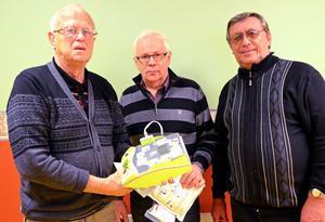 Fr v Henning Engberg, Jarl Christoffersson och Alf Karlsson, f d läkare, ambulanssjukvårdare respektive polis, visar pensionärsföreningens nyinköpta hjärtstartare, som kan göra skillnad.