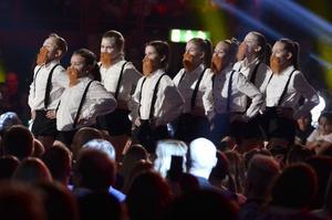Ett hyllningsnummer sjöngs för juryn under finalen av