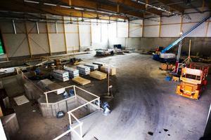Gymnastikhallen är imponerande 1 840 kvadratmeter stor med tio meter i takhöjd, till vänster hoppgroparna.