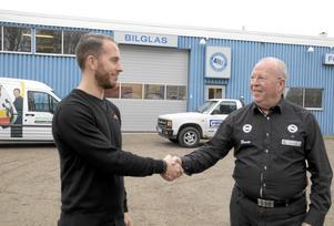 Lycka till grabben! Pappa Bo Persson har sålt Hallsbergs glasmästeri till storföretaget Carglass, och sonen Daniel Persson blir verkmästare i verkstaden. Foto: Barbro Isaksson