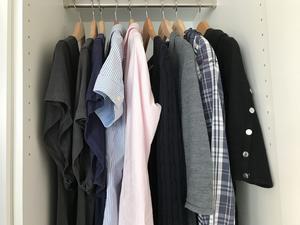 Rensa garderoben. 33 plagg räcker ett halvår: Ytterkläder, skor och vanliga kläder inkluderat. Konceptet kallas capsule wardrobe och gör det lättare välja plagg och med många möjligheter att kombinera.