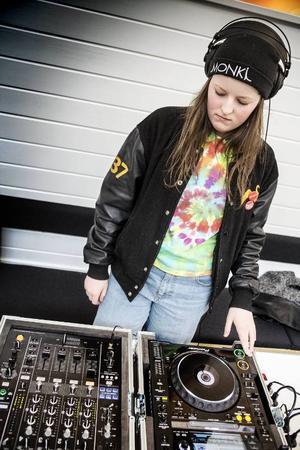 Björg Åkermo kom förbi och spelade en stund. Hon har gått dj-kursen förut och har dj:at på Tingshuset. Dessutom har hon en spelning inbokad på Furuparken i april.