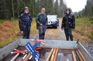 Tre vildmarksmän som förbereder vinterns motoriserade friluftslivet. Från vänster: Hasse Elf, Valter Forsberg och Börje Lindström.