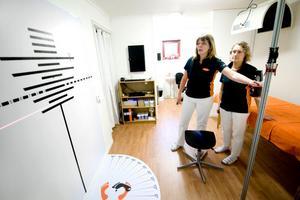 För att behandla symtomen på atlaskotan behövs specialutrustning. Ägaren Gunilla Eriksson och terapeuten Regina Siuvatti visade runt i de nya lokalerna under lördagens invigning av kliniken på Active Stay hotell.