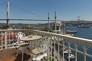 Bildtext 12: Vy från hotellbalkong i Ortaköy, där kultur- och nattliv mixas på ett skönt sätt numera.   Foto: Ali Bekman