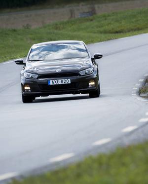 Bildtext 3: På utsidan är det svårt att se förändringarna hos VW Scirocco. Nya strålkastare och nya lameller i spoilern är väl det som den verkliga kännaren möjligen noterar.    Foto: Fredrik Sandberg/TT