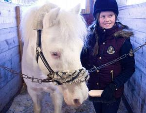 Emma Stolt, 11 år, har ridit i ungefär fyra år. Under lördagens träningar satt hon upp på valacken Dr Albin.