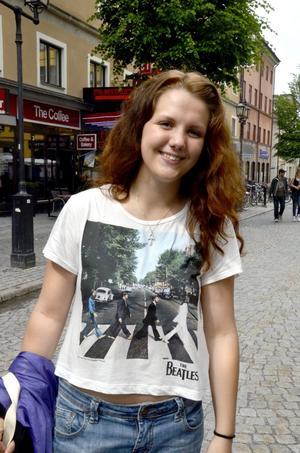Hanna Tholin, 17 år, studerande, Örebro:– Jag gillar olika sorters musik. För några år sedan började jag lyssna på Beatles. Jag gillar Beatles absolut. Beatles är kungliga. Tröjan som visar hur de går över Abbey Road är sååå himla snygg.