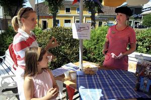 Franska delikatesser. Anna Klemetz och Elsa Andrés provar en petit-choux medan Maria Säfverblad berättar spännande historier om gamla kungligheter