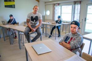 Andreas Aravena undervisar i engelska och svenska på sommarskolan. I förgrunden Johannes Ryby. Bakom syns Simon Ödman och David Halvorsen.