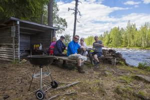 Korvgrillning nere vid Ljusnan. Karin Sundström (rosa), Raymond Hallgren (keps), Thomas Hamrén (blå), Ann-Marie Wikander (vit) och Mats Wikander.
