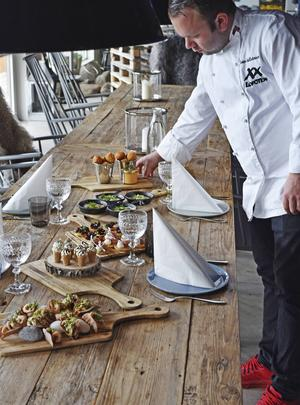 Maten är serverad. XX Lofotens kock Einar Hallstensen ser till att allt ser bra ut.   Foto: Jesper Zacharias